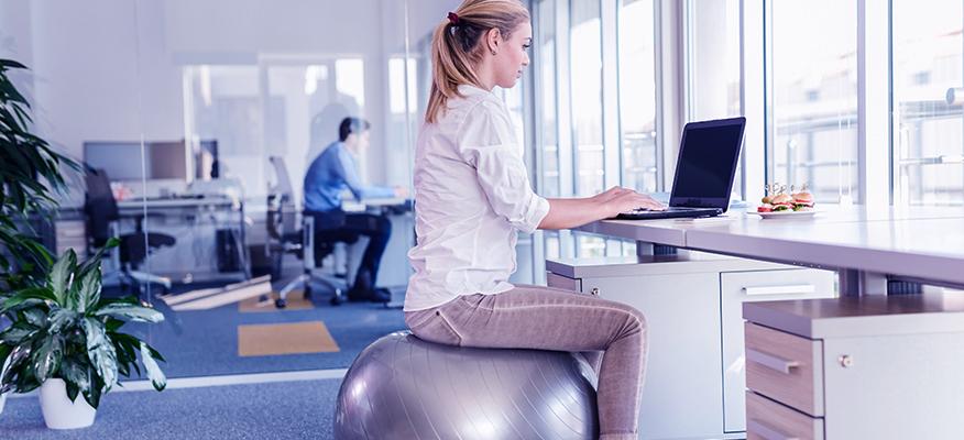 Γυμναστείτε στη δουλειά αντικαθιστώντας την παραδοσιακή καρέκλα γραφείου